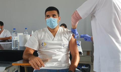 Vacunación de un profesional sanitario / CanariasNoticias.es