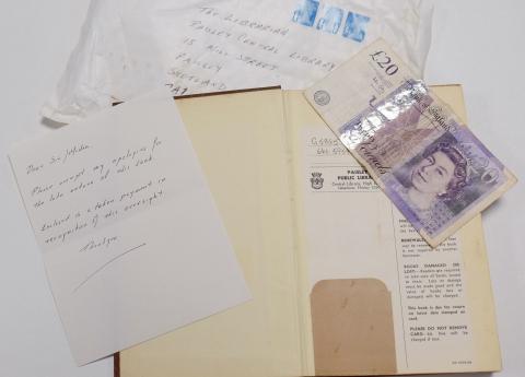 Libro devuelto a la Biblioteca Central de Paisley (Escocia, Reino Unido)
