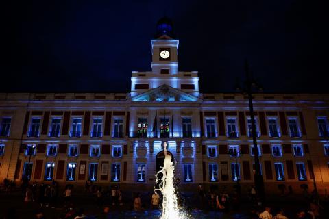 Madrid ilumina la fachada de la Real Casa de Correos