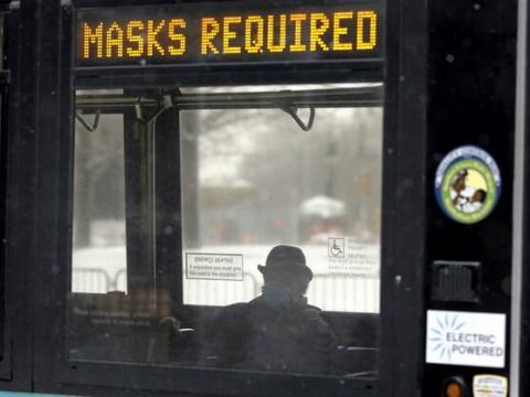 Con mascarilla en un autobús de Nueva York