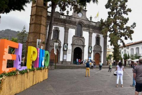La Basílica de Teror sube la Bandera de la Fiesta del Pino / CanariasNoticias.es