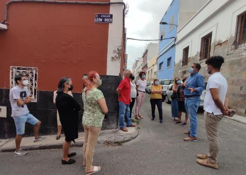 Francis Candil y David Suárez (Coalición Canaria) con los vecinos de San Antonio / CanariasNoticias.es